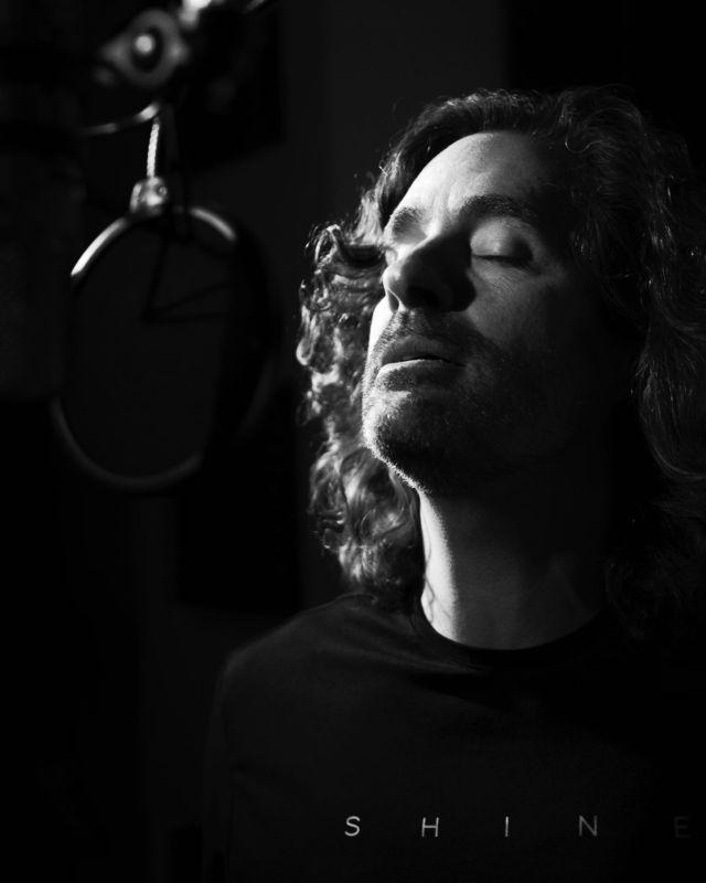 Cantándole suavesito al micro!!! Por cierto, la semana que viene estreno el primer single del nuevo disco. Foto @alsamci en @bucbonera